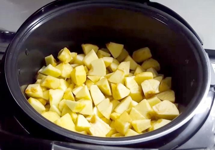 нарезанные яблоки в мультиварке