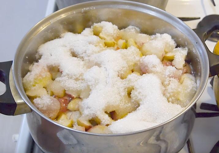 яблоки с сахаром в кастрюле