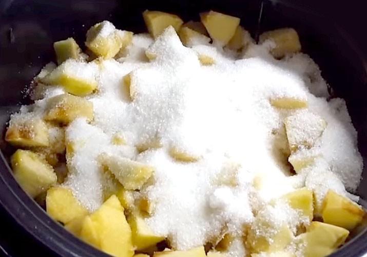 яблоки с сахаром в чаше мультиварки