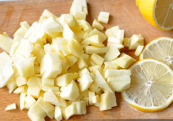 яблоки нарезанные и лимон на доске