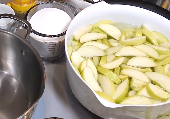 ломтики яблока в кастрюле