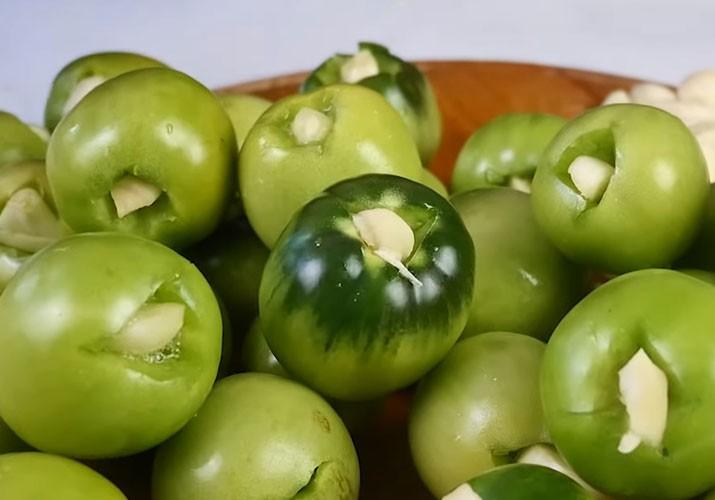 зеленые помидоры с чесноком внутри