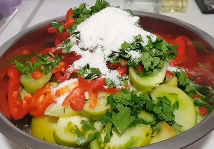 зеленые помидоры с перцем, петрушкой и солью