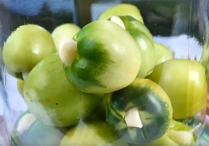 зеленые помидоры с чесноком в банке