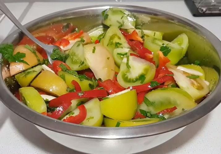 зеленые помидоры в тазике