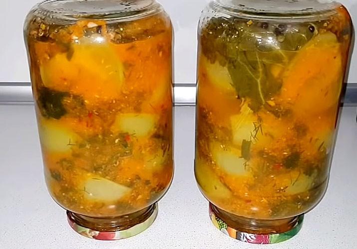 зеленые томаты в овощном маринаде