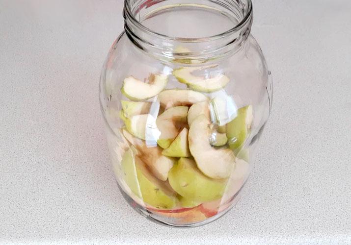 ломтики яблок в банке