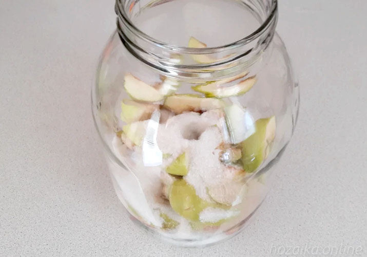 ломтики яблок в банке с сахаром