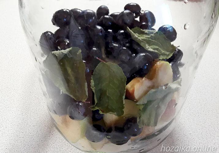 наполняем банку яблоками и виноградом