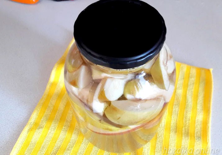 ломтики яблок в банке в кипятке