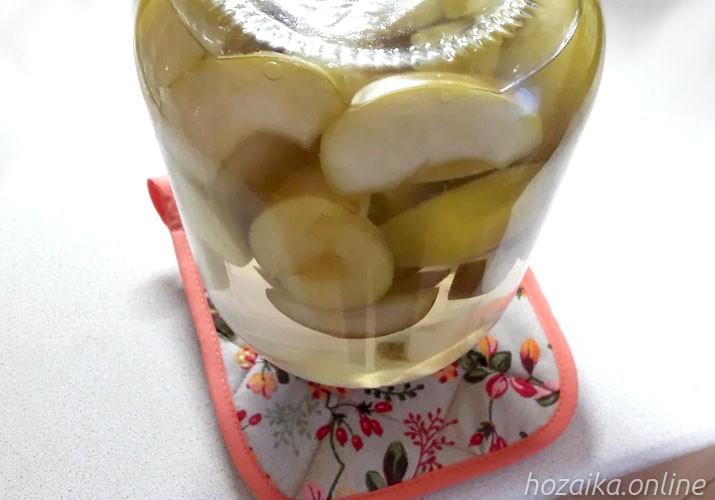 перевернутая банка с яблочно-грушевым компотом