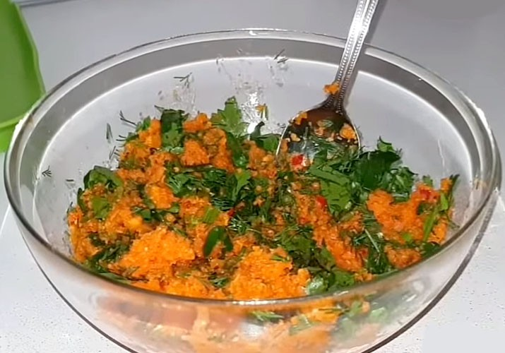 измельченная морковь с зеленью