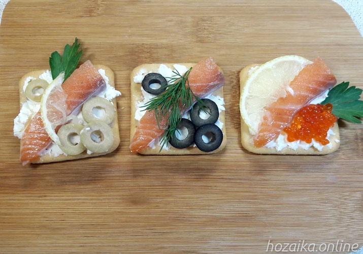 бутерброды с красной рыбой на крекерах