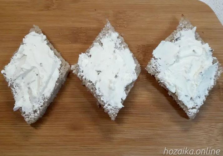 серый хлеб со сливочным сыром