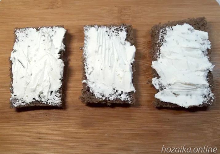 творожный сыр на черном хлебе