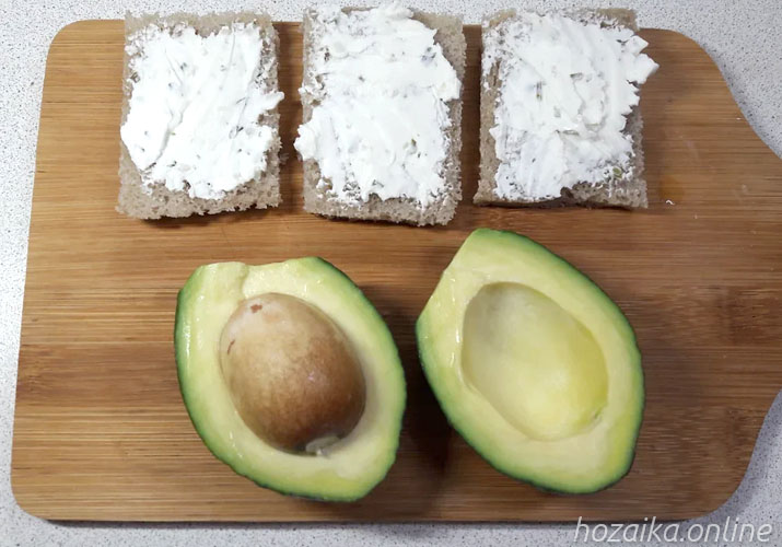 ломтики серого хлеба и авокадо