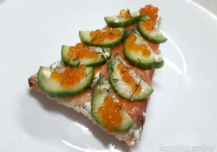 бутерброды с красной рыбой и огурцом Елочка