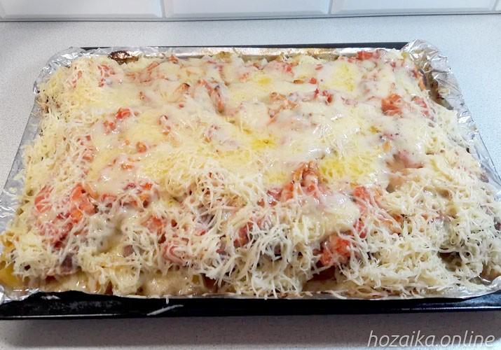 посыпаем мясо с картофелем и помидорами сыром