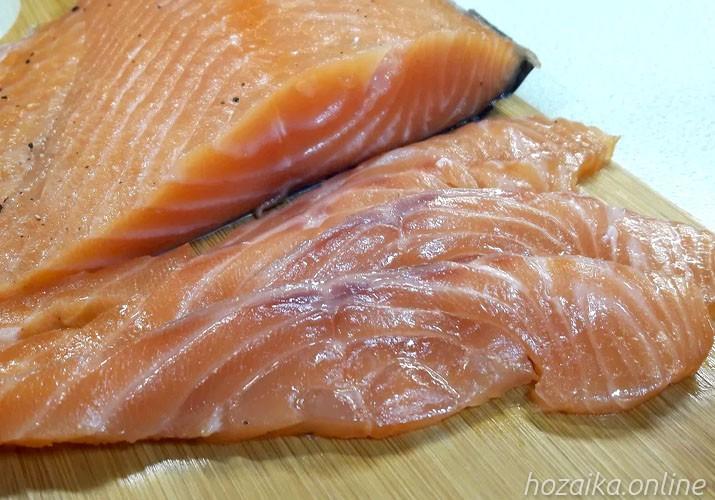 малосольная красная рыба нарезанная на доске