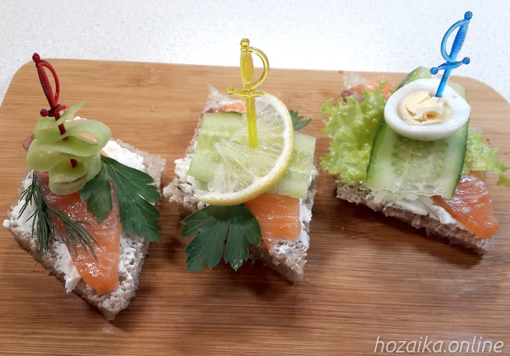 бутерброды с красной рыбой и свежим огурцом