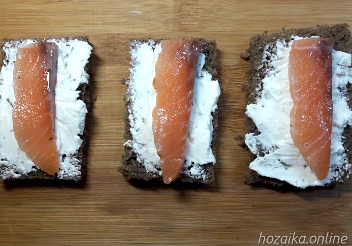 красная рыба на черном хлебе с творожным сыром