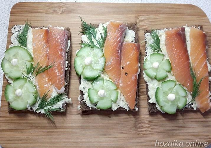 бутерброды с пастой из авокадо и красной рыбой