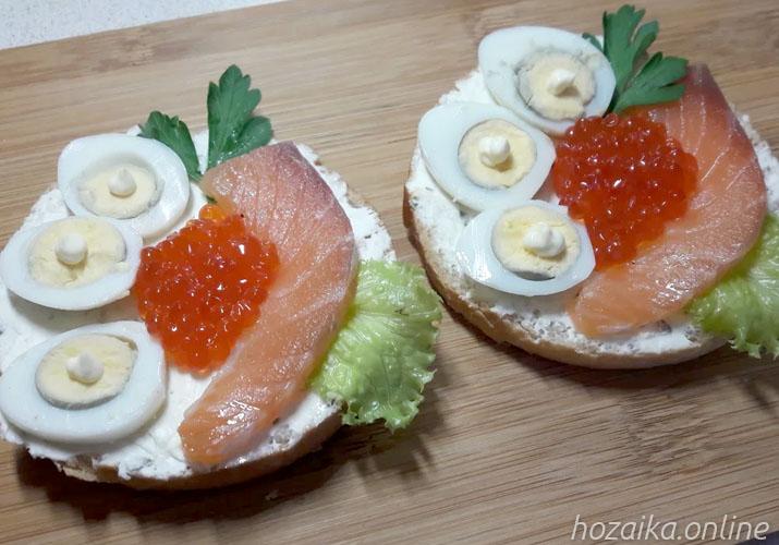 бутерброды с творожным сыром красной рыбой яйцом и икрой