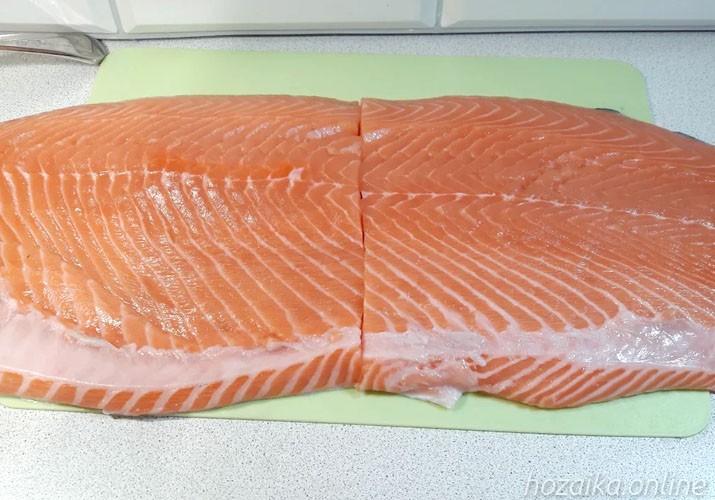 разрезанное филе красной рыбы