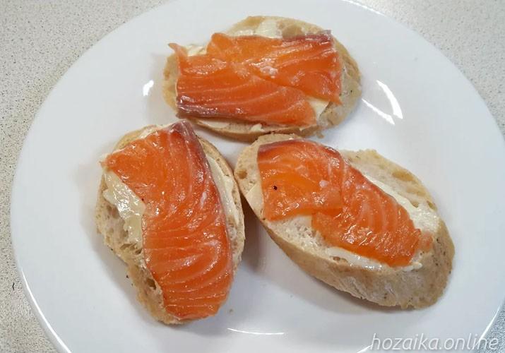 бутерброды с красной рыбой и маслом на тарелке