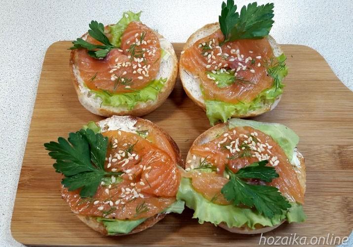 бутерброды с красной рыбой, маслом и кунжутом