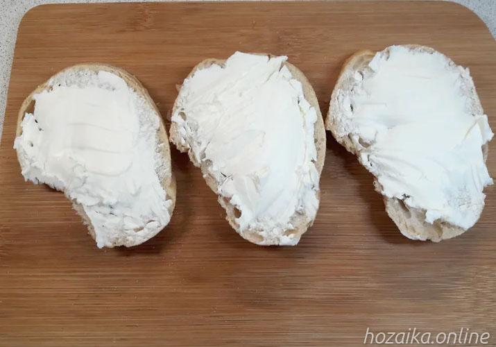 намазываем багет сливочным сыром