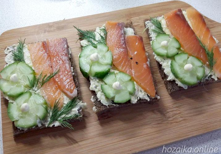 бутерброды с огурцом, рыбой и авокадо