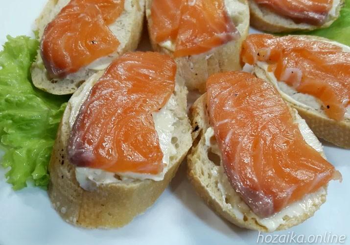 бутерброды с лососем на блюде