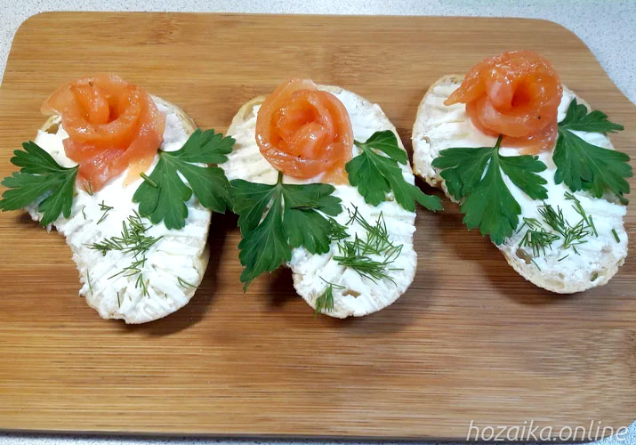 бутерброды со сливочным сыром и красной рыбой на праздничный стол