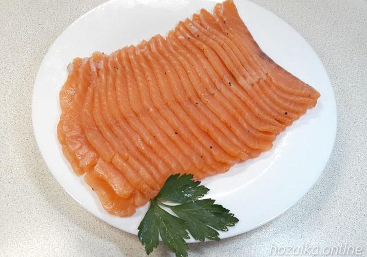 малосольная красная рыба на блюде