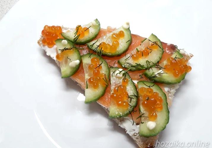 готовый бутерброд с красной рыбой и свежим огурцом Елочка