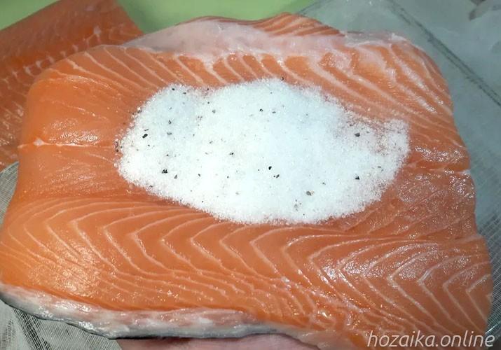 соль на красной рыбе
