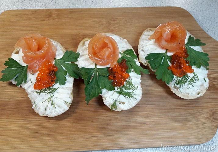 бутерброды с красной рыбой, сливочным сыром и икрой