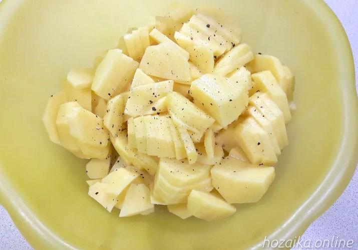 картофель ломтиками с солью и перцем