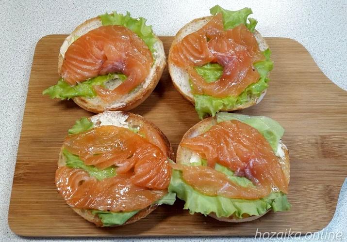 ломтики рыбы на хлебе