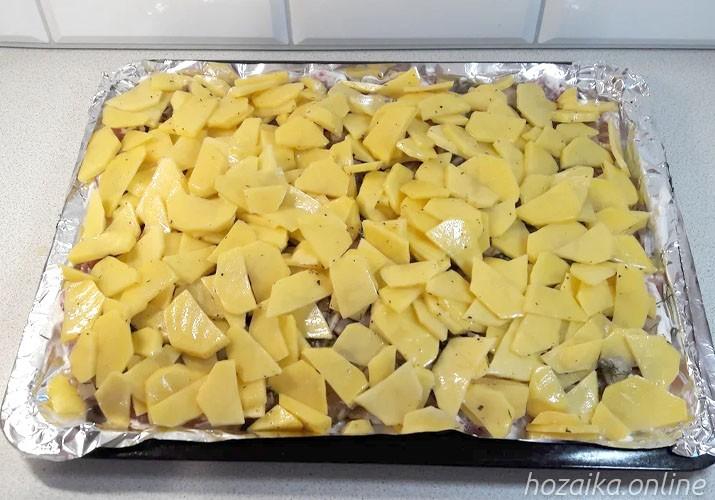 слой картофеля поверх отбивных из свинины