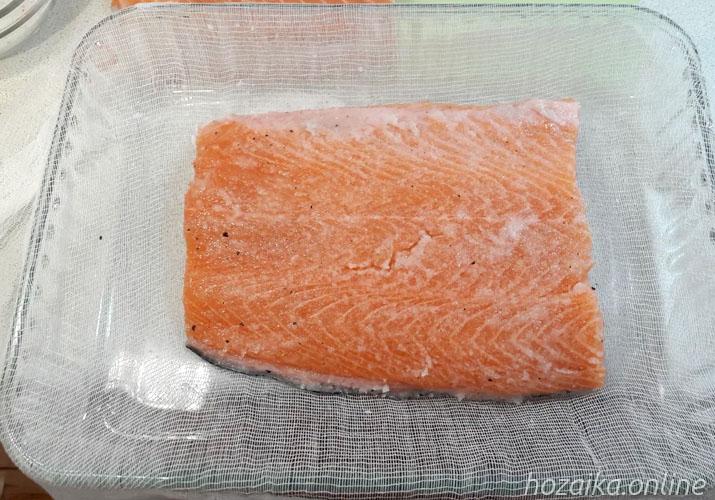 красная рыба под солью на марле