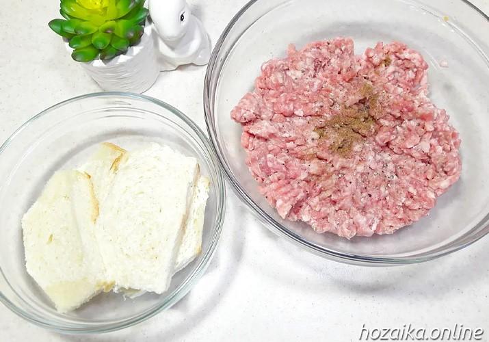 фарш и замоченный батон для свиных котлет на сковороде