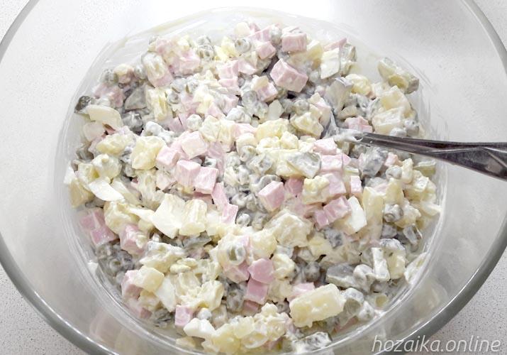 салат оливье с солеными огурцами и колбасой классический