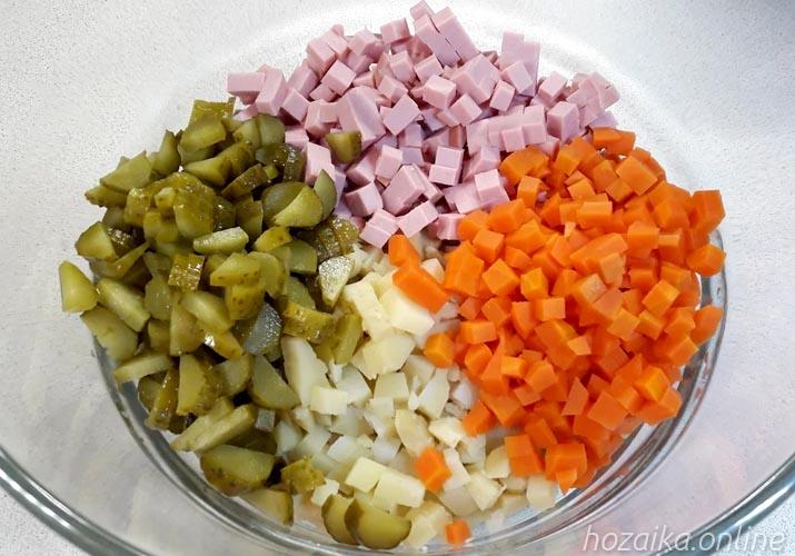 ингредиенты для классического салата оливье с колбасой