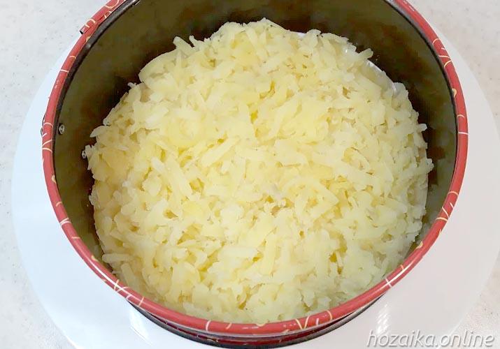 слой натертого картофеля для салата Грибная поляна с опятами