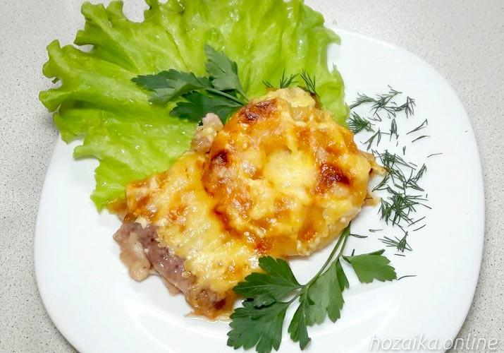 мясо по-французски с ананасами на тарелке