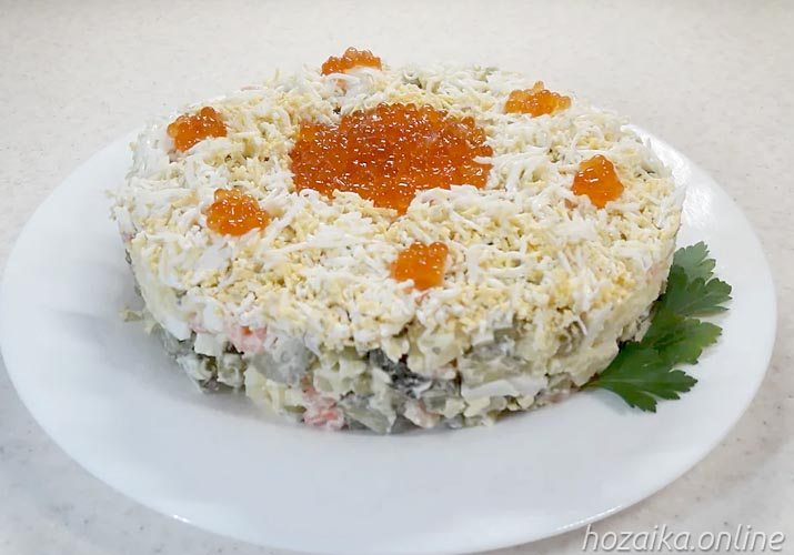 салат Оливье с икрой и креветками