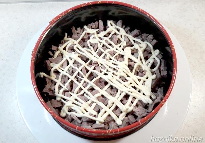 слой нарезанной говядины для салата Грибная поляна с опятами