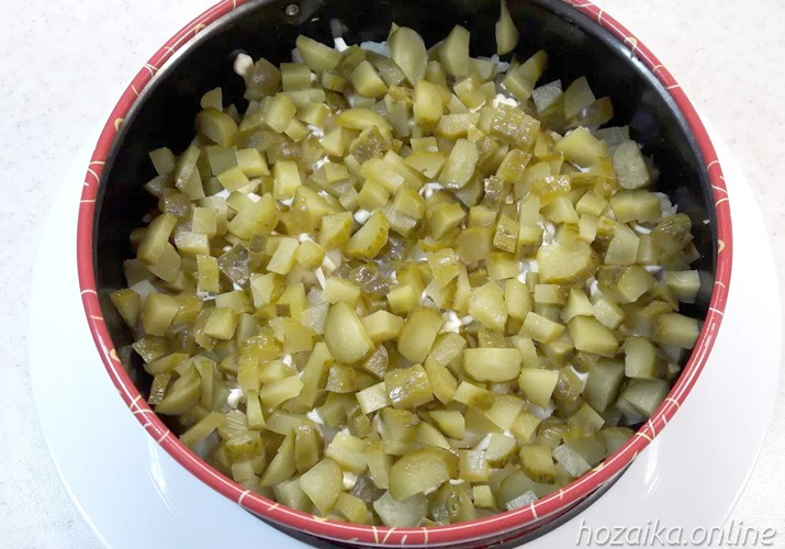 слой огурцов для салата Грибная поляна с опятами курицей и сыром
